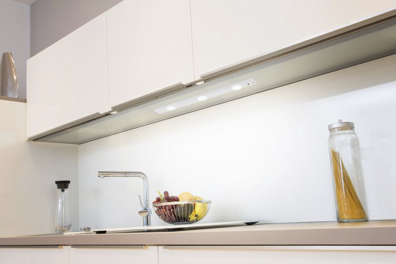 LED Unterbauleuchte, 450lm, 3000K, 6W, 550x70x25mm, IR-Sensor, weiß